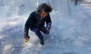 Dekan, üzerine düşen buz parçalarıyla yaralandı; o anlar kamerada