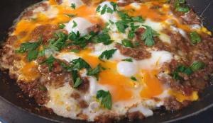 En kolay kıymalı yumurta nasıl yapılır? Kıymalı yumurtanın püf noktaları