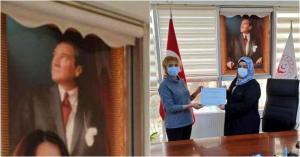 """""""Hiçbir Art Niyetim Yok"""": Makam Odasındaki Atatürk Portresinde Stor Perde Bulunan Ülkü Uslu Gündemde"""
