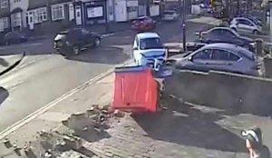 İngiltere'de iki çocuk otomobilin altında kalmaktan son anda kurtuldu