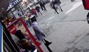Kaldırımda anneannesini bekleyen Dilek'e yumruklu saldırı kamerada