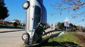 Kaza yapan otomobil bariyere çarparak dik durdu
