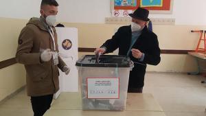 Kosova'da eksi 13 derecede halk sandık başında