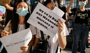 Myanmar'da darbeyi protesto eden gençlerden esprili slogan: 'Eski sevgilim kötüydü ama ordu daha kötü'