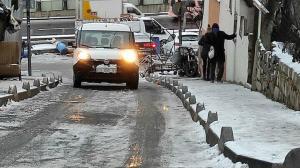 Şişli'de yollar buz pistine döndü: Yayalar kaldırımları tuzladı