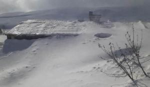 Sivas'ta kar evlerin çatısına ulaştı