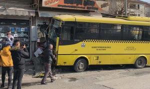 Taksiyle çarpışan özel halk otobüsü büfeye daldı: 1 ölü, 9 yaralı