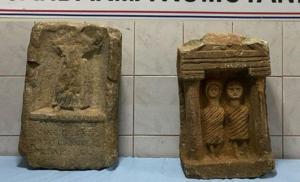 Tarla Sürerken Buldukları, Roma Dönemine Ait Mezar Taşlarını Satarken Yakalandılar
