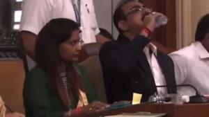 Toplantı sırasında su diye dezenfektan içti!