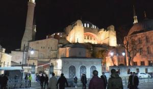 AK Parti İstanbul İl Başkanı Kabaktepe gençlerle Ayasofya Cami'nde sabah namazı kıldı
