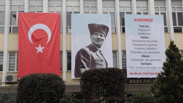 Belediye Binasına 'Andımız' Pankartı