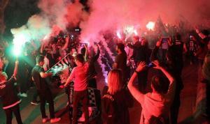 Beşiktaş Futbol Takımı'nı taraftarları meşalelerle karşıladı