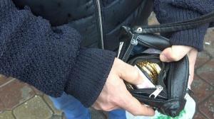 Çöpte altın ve para dolu çanta buldu: 'İnsanlık ölmemiş' dedirtti