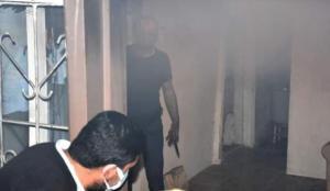 Evini yaktı, gelen itfaiyeyi bıçakla karşıladı