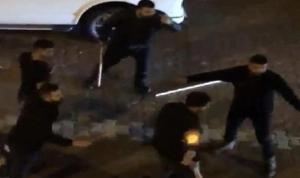İş yerini sopalarla basıp polise saldırdılar