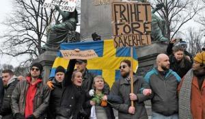 İsveç'in 3 kentinde yüzlerce kişi Kovid-19 kısıtlamalarını protesto etti