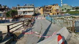 İzmir'de çökme riski taşıyan köprüden her gün yüzlerce kişi geçiyor