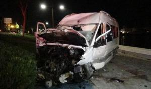 İzmir'de servis minibüsü sahil bandına uçtu: 2 ağır yaralı