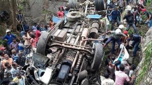Katliam üzere kaza: Yolcu otobüsü uçuruma yuvarlandı!