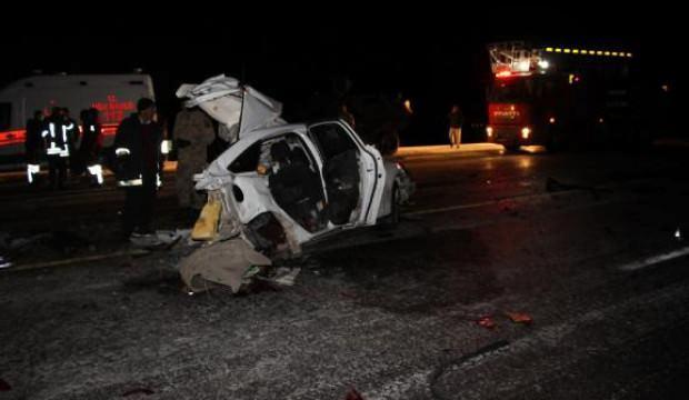 Yolcu otobüsüne çarpan otomobil ikiye bölündü: 1 ölü, 2 yaralı
