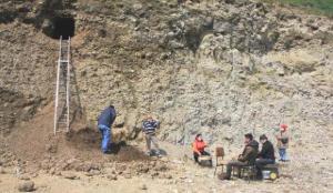 Heyelanda ortaya çıkan 'oygu mezar'da kurtarma kazısı