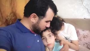 Bombalardan korkan kızlarını teselli ettiği video ile tanınan Gazzeli baba, hayatını kaybetti
