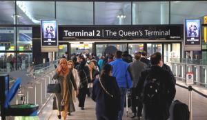 İngiltere kapıları açtı, havalimanında uzun kuyruklar oluştu