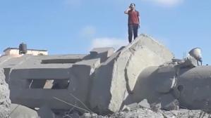 İsrail'in yerle bir ettiği cami enkazında ezan okuyan Filistinli gencin görüntüleri yürek yaktı