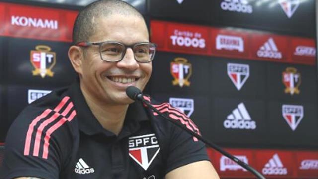 Alex de Souza, hocalık kariyerindeki ilk resmi maçında zafer elde etti