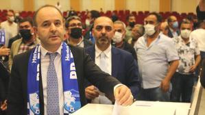 Erzurumspor'a yeniden başkan seçilen Ömer Düzgün'ü protesto eden taraftarlar gündeme oturdu