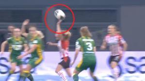 Futbol tarihinde böylesi görülmedi! Hakeme itiraz etmek isterken penaltıya sebep oldu