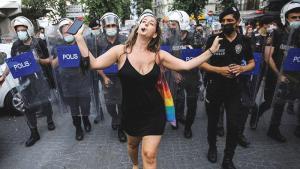 İstanbul'daki Onur Yürüyüşü'nde Polislerin Önünde Dans Eden Alman Konuştu: 'Korktum ama Ben Yalnız Değildim'