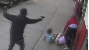 Kaldırımdakiler nefeslerini tutarak izledi! 2 çocuk kurşunların arasında kaldı