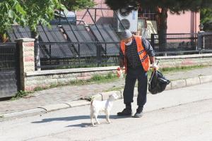 Peşinden ayrılmayan oğlağıyla cadde ve sokakları temizliyor