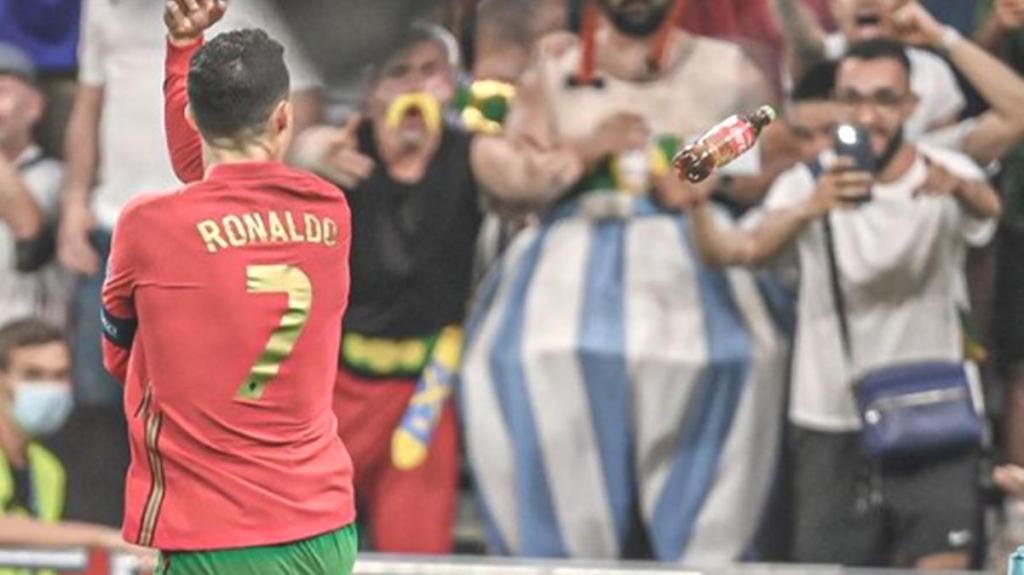 'Su için' mesajı veren Cristiano Ronaldo'ya kola şişesi fırlatıldı