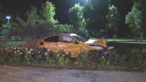 Caddebostan Sahili'nde kaza yapan sürücü lüks otomobilini bırakıp olay yerinden kaçtı