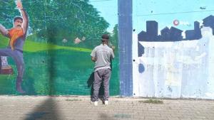 Çizdiği resimlerle şehre renk katıyor