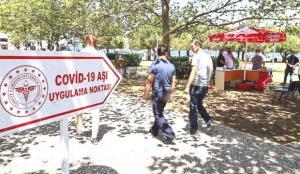 İzmir meydanlarında aşı noktaları! Vatandaşlar hem aşılarını oluyor hem bayramlaşıyor