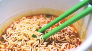 Noodle zararlı mı? Uzmanlar uyarıyor: Yerken iki kez düşünün