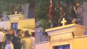 Pes dedirten görüntüler! Kadıköy'de kilise duvarına çıkıp dans ettiler