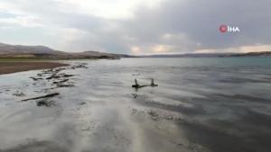 Baraj suları 150 metre çekildi, 700 yıllık mezarlık gün yüzüne çıktı