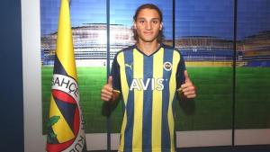 Fenerbahçe, Gençlerbirliği'nden Emir Ortakaya'yı renklerine bağladı! Taraftarlar, çocukluk fotoğrafına beğeni yağdırıyor
