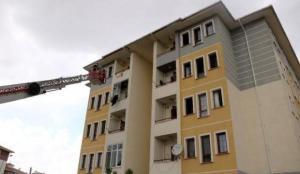 5 katlı binada çıkan yangında anne ve kızı açılan battaniyeye atlayarak kurtuldu