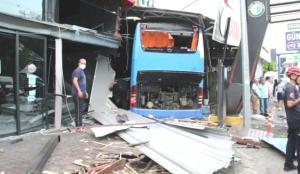 Antalya'da tur otobüsü dehşeti: İş yerinde durabildi: 3 yaralı