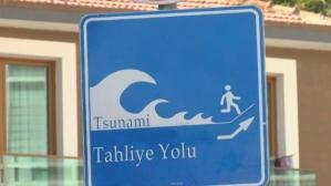 """İBB, İstanbul'a """"tsunami tahliye yolu"""" tabelaları yerleştirmeye başladı! Riskli ilçeleri profesör tek tek sıraladı"""