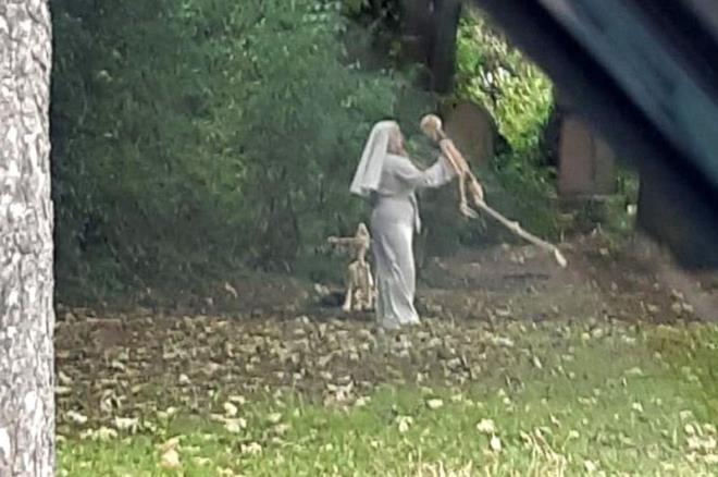 Mezarlıkta tüyler ürperten manzara! Rahibe elbisesi giymiş bir kadın iskeletle dans etti