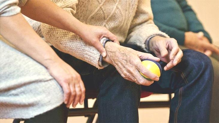 Öğrencileriyle Alzheimer'a çözüm arıyor