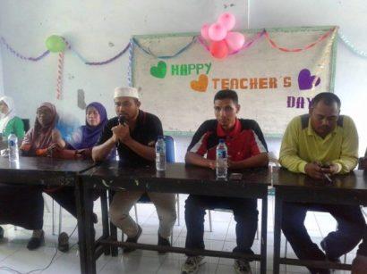 DOKSMAALIKHWAN: Direktur Sekolah Satu Atap Yayasan Pendidikan Al-Ikhwan Kota Bima, H Subhan, saat mengapresiasi kejutan siswa.