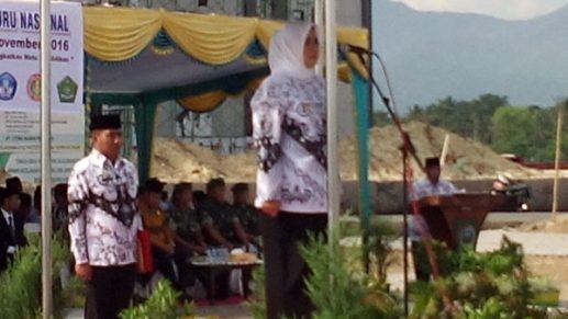 Bupati Bima saat menjadi inspektur upacara peringatan HGN dan PGRI, Jumat.
