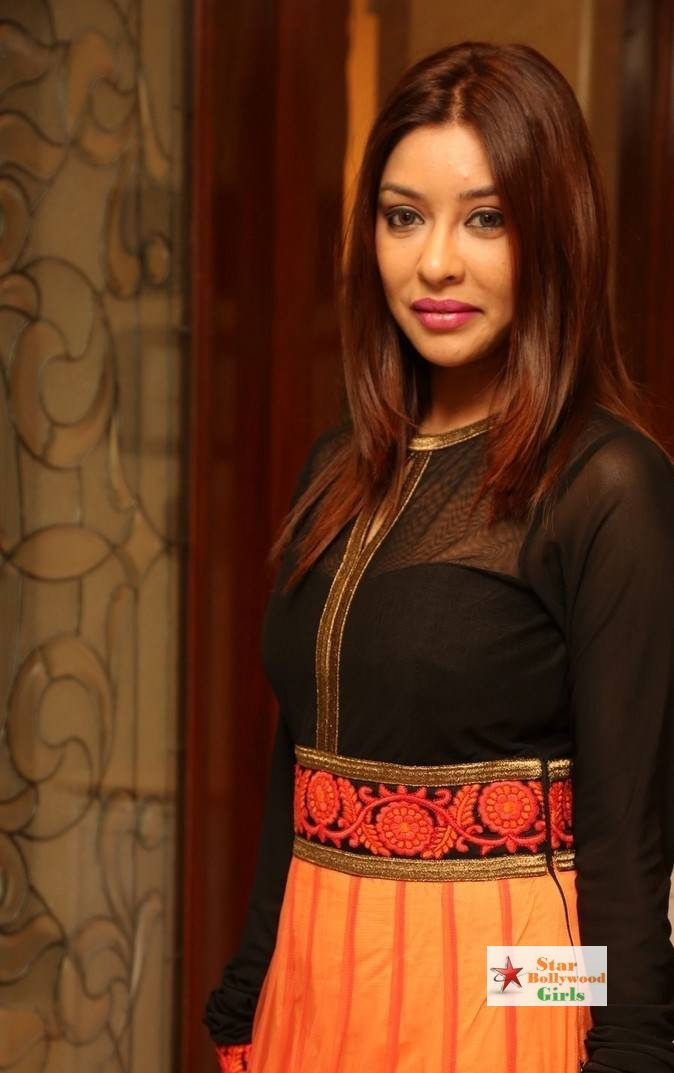 Payal-Ghosh-Stills-At-Desire-Designer-Exhibition-Launch-2